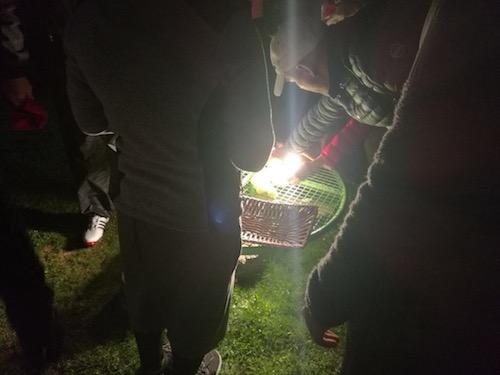 Bälle werden mit Licht getankt beim Night-Light-Turnier.