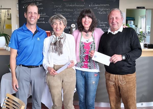 Mit Spaß dabei: Willi Wimmer und Liska Bauer bekommen beim Golfopening den Trostpreis von Jochen Ziffels und Bärbel Geins. © Panorama-Golf