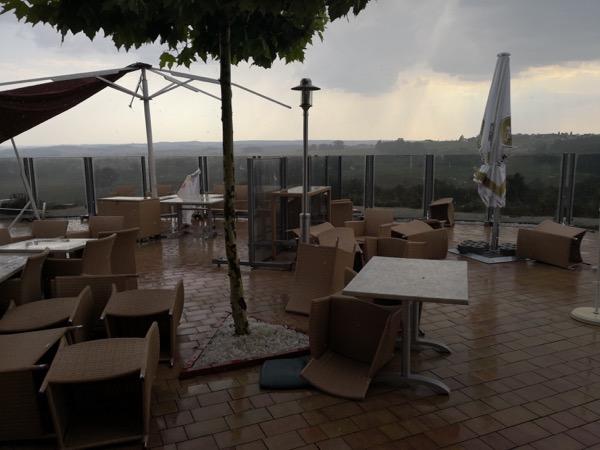 Unwetter nach dem Ryder-Cup bei Panorama-Golf am 28. Juli 2018. Hier: Die Terrasse des Panorama-Restaurants.